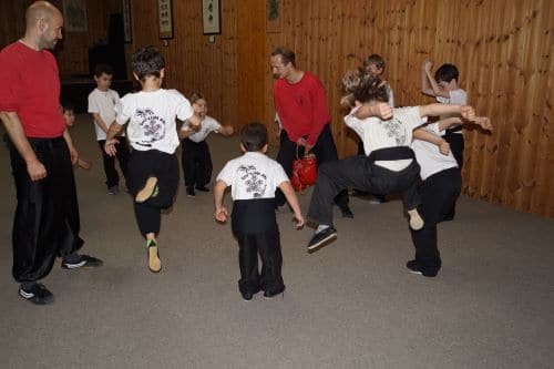Kinder beim Kung Fu Training