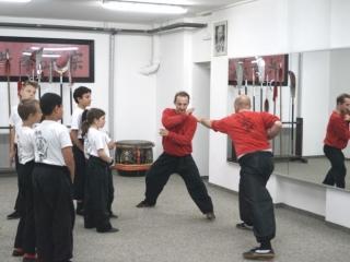 Kung Fu Vorführung der zwei Trainer für die Kinder