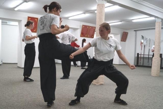 Frauen Fortgeschrittenen Kung Fu Zweikampf