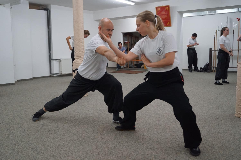 Fortgeschrittenen Kung Fu Mann Frau Zweikampf